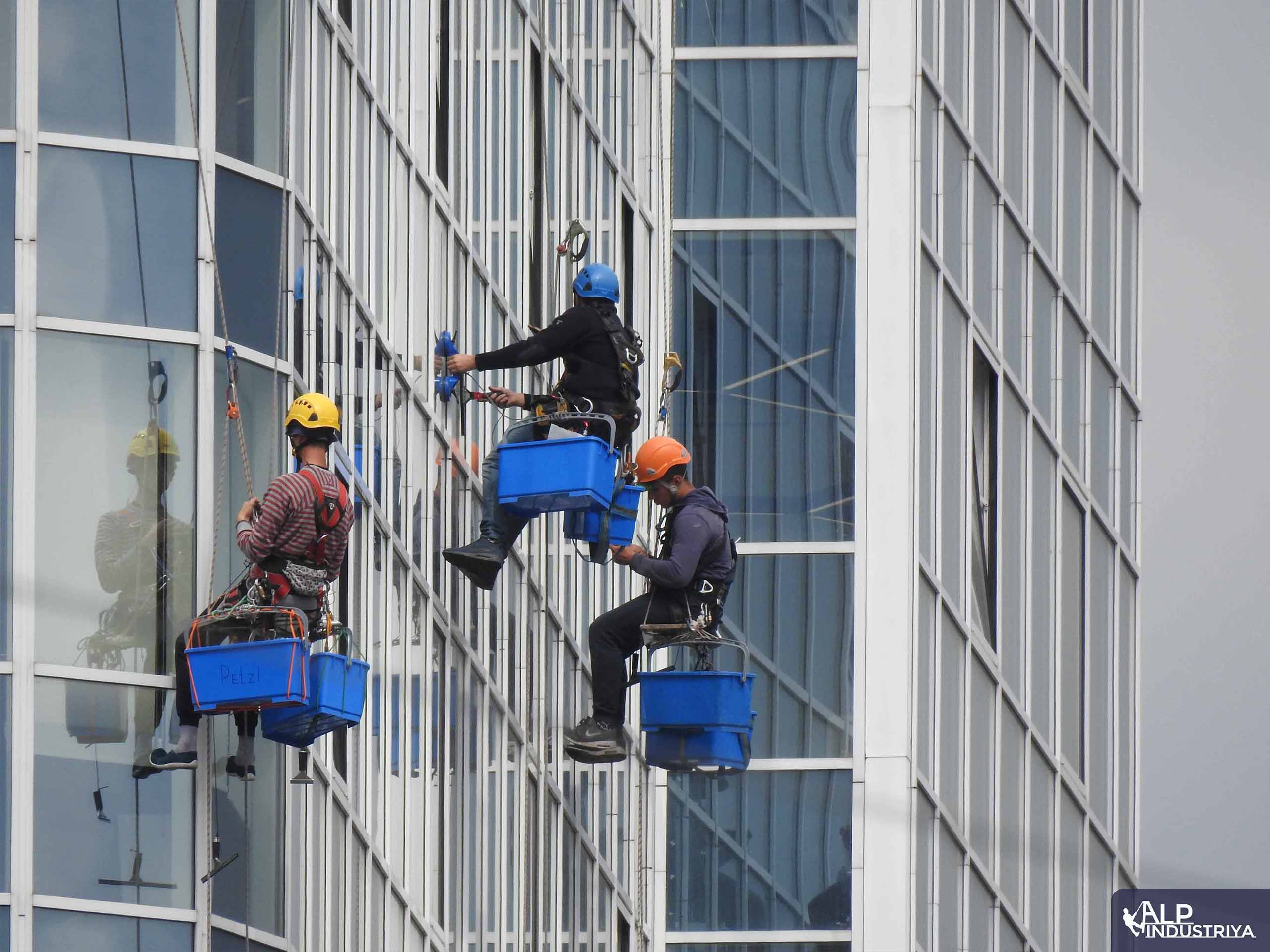 Мытье окон офисов промышленными альпинистами_1