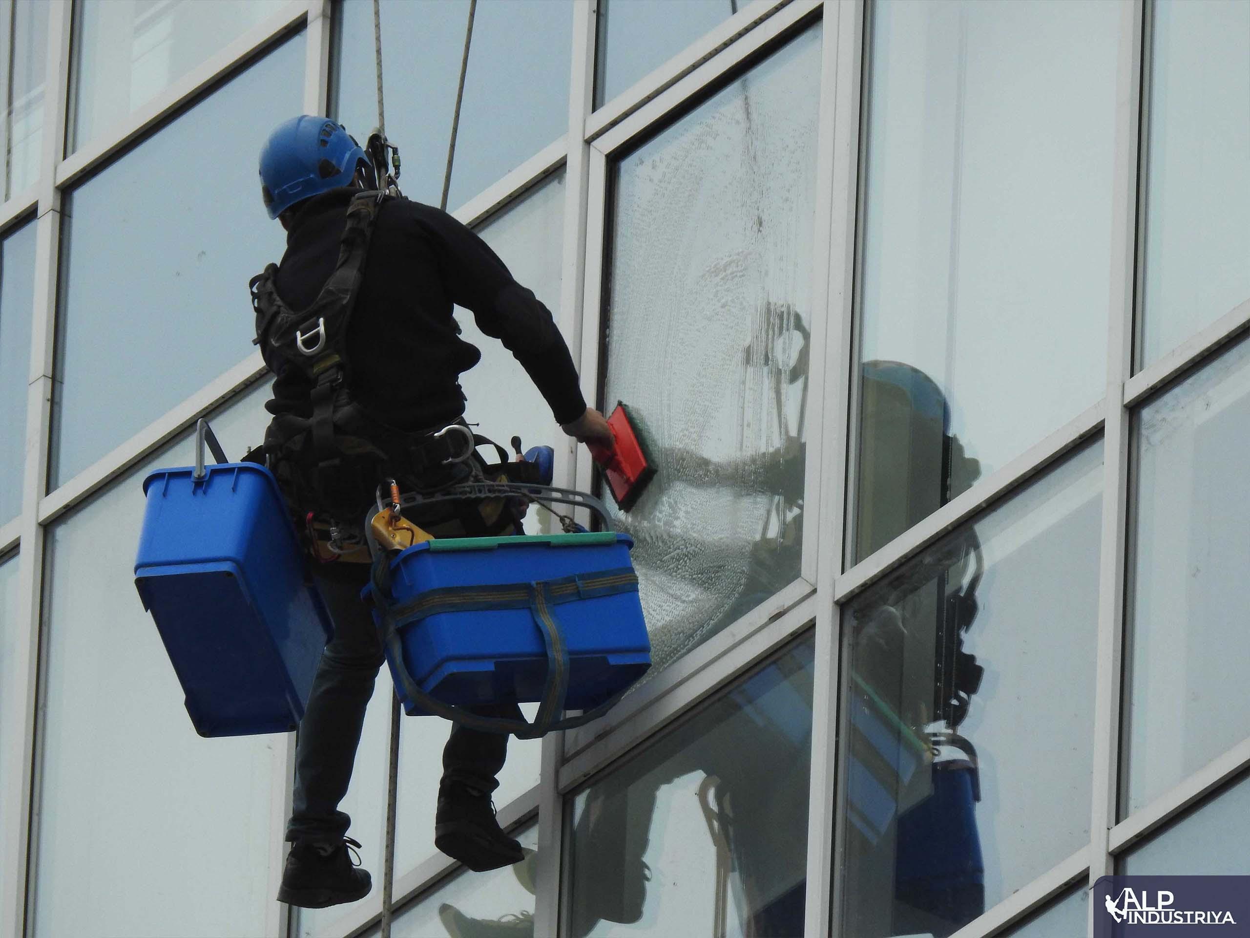 Мытье окон офисов промышленными альпинистами_5