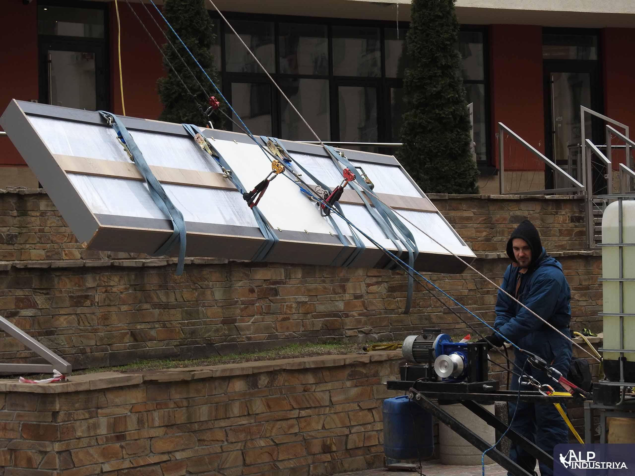 Доставка большого груза в квартиру с помощью промышленных альпинистов-2