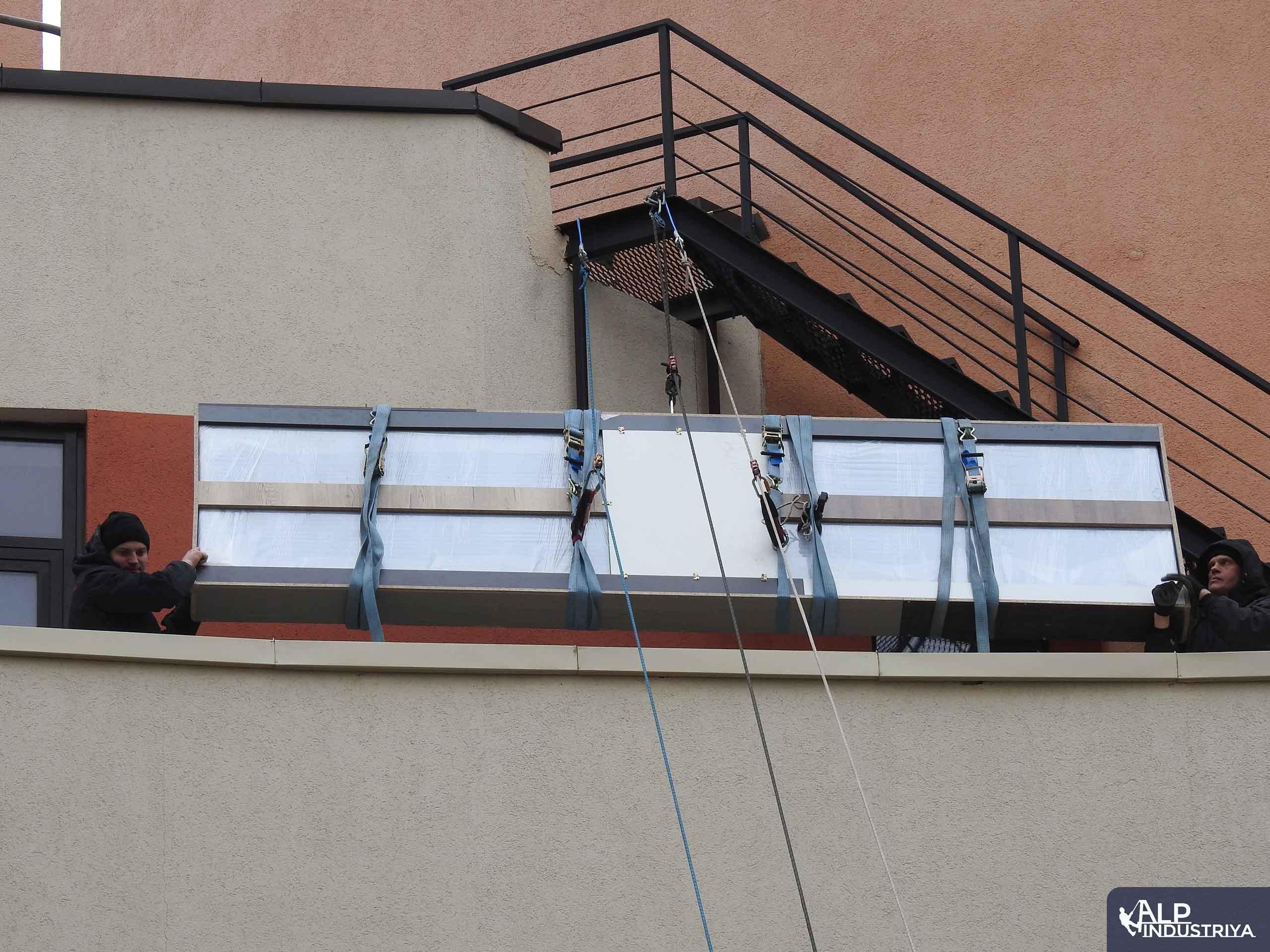 Доставка большого груза в квартиру с помощью промышленных альпинистов-6