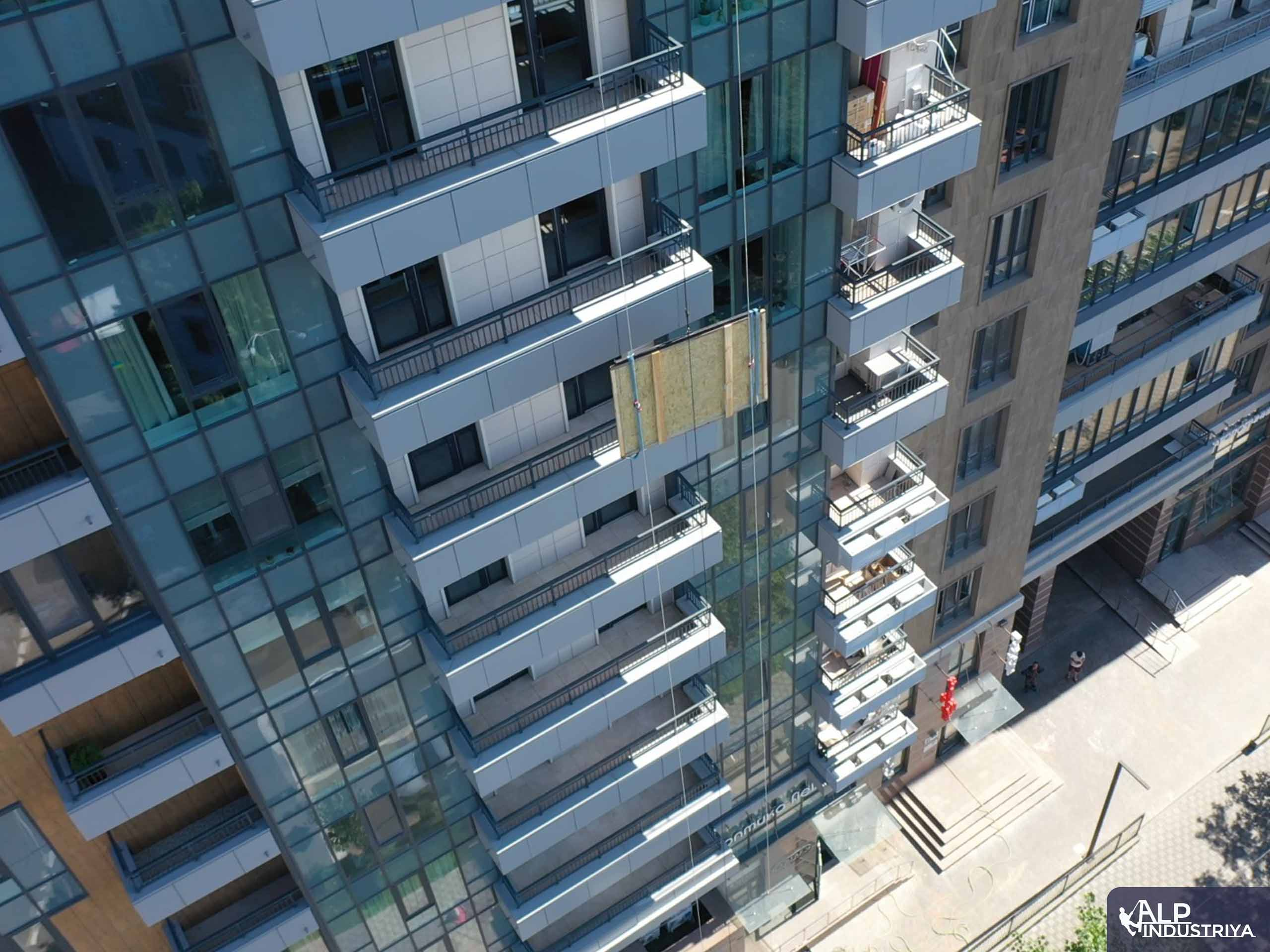 Занос крупноформатного стекла на этаж через балкон-1