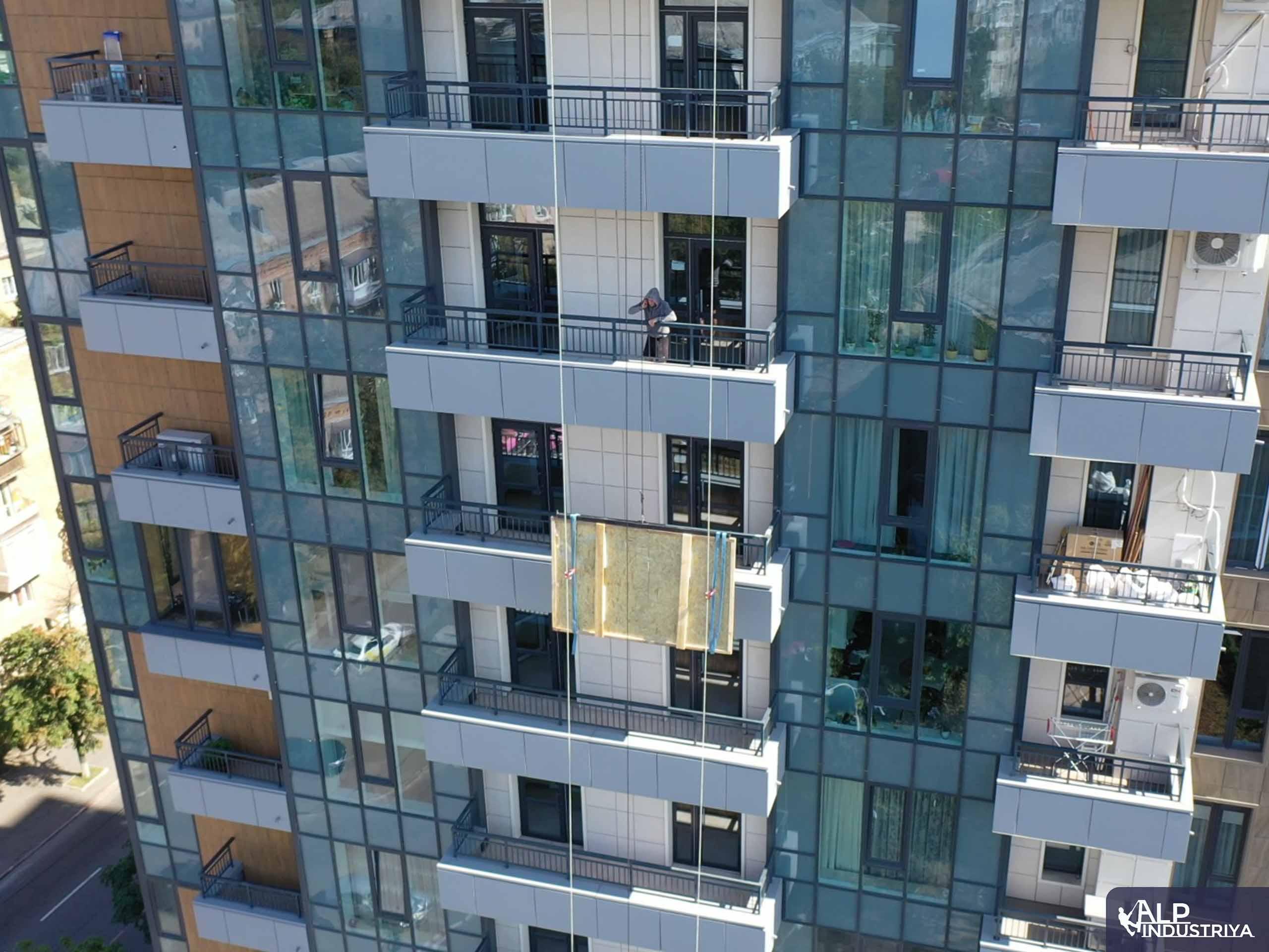 Занос крупноформатного стекла на этаж через балкон-2