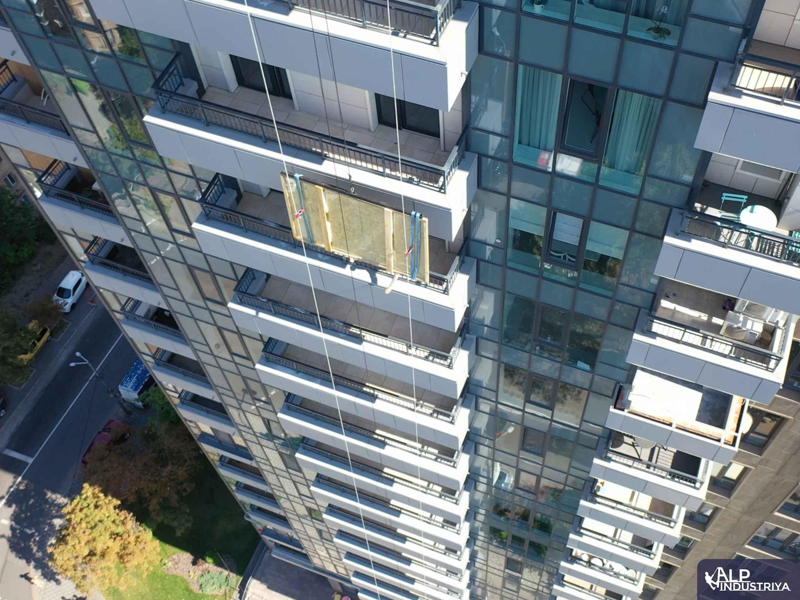 Занос крупноформатного стекла на этаж через балкон-3