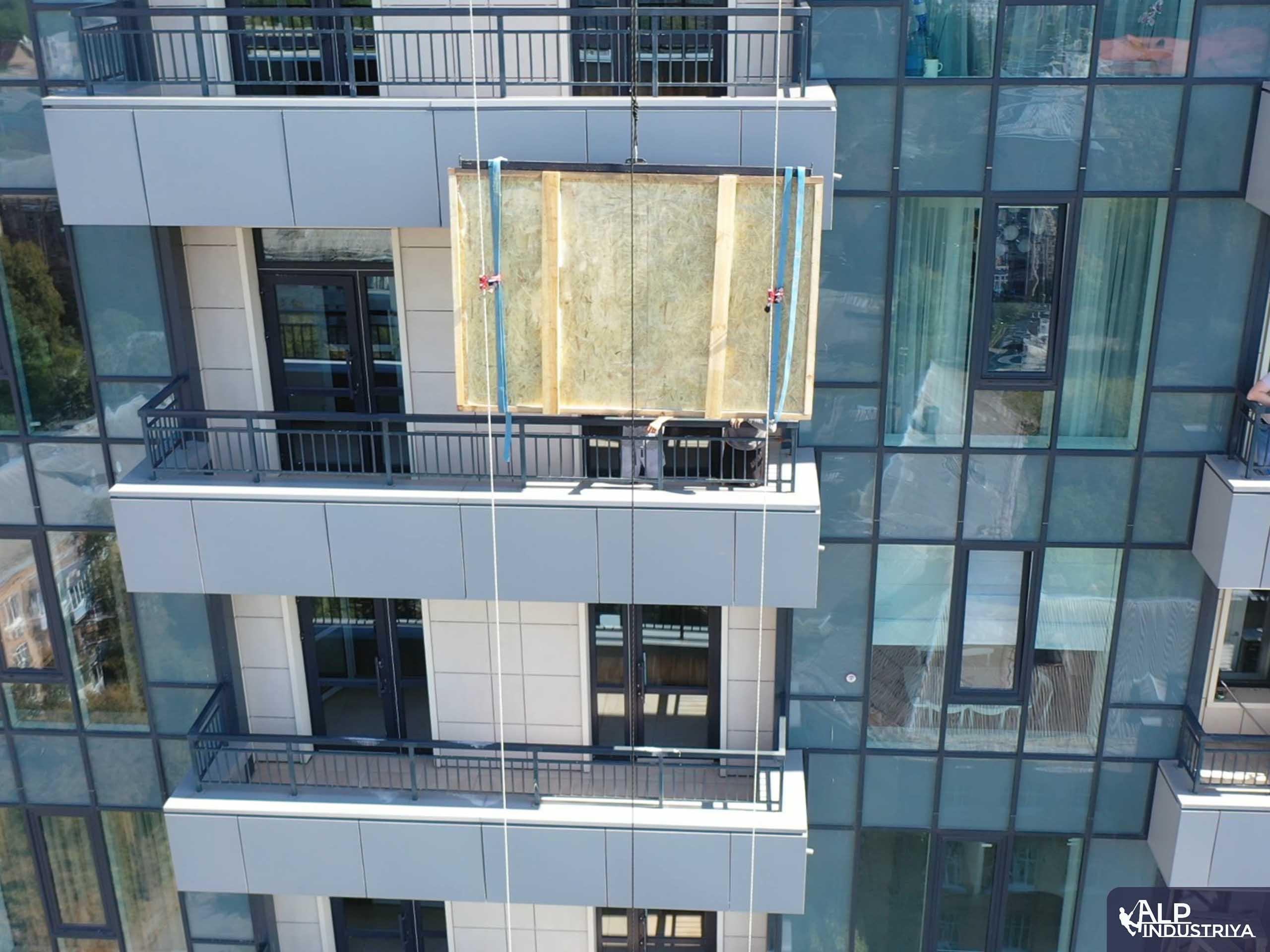 Занос крупноформатного стекла на этаж через балкон-4