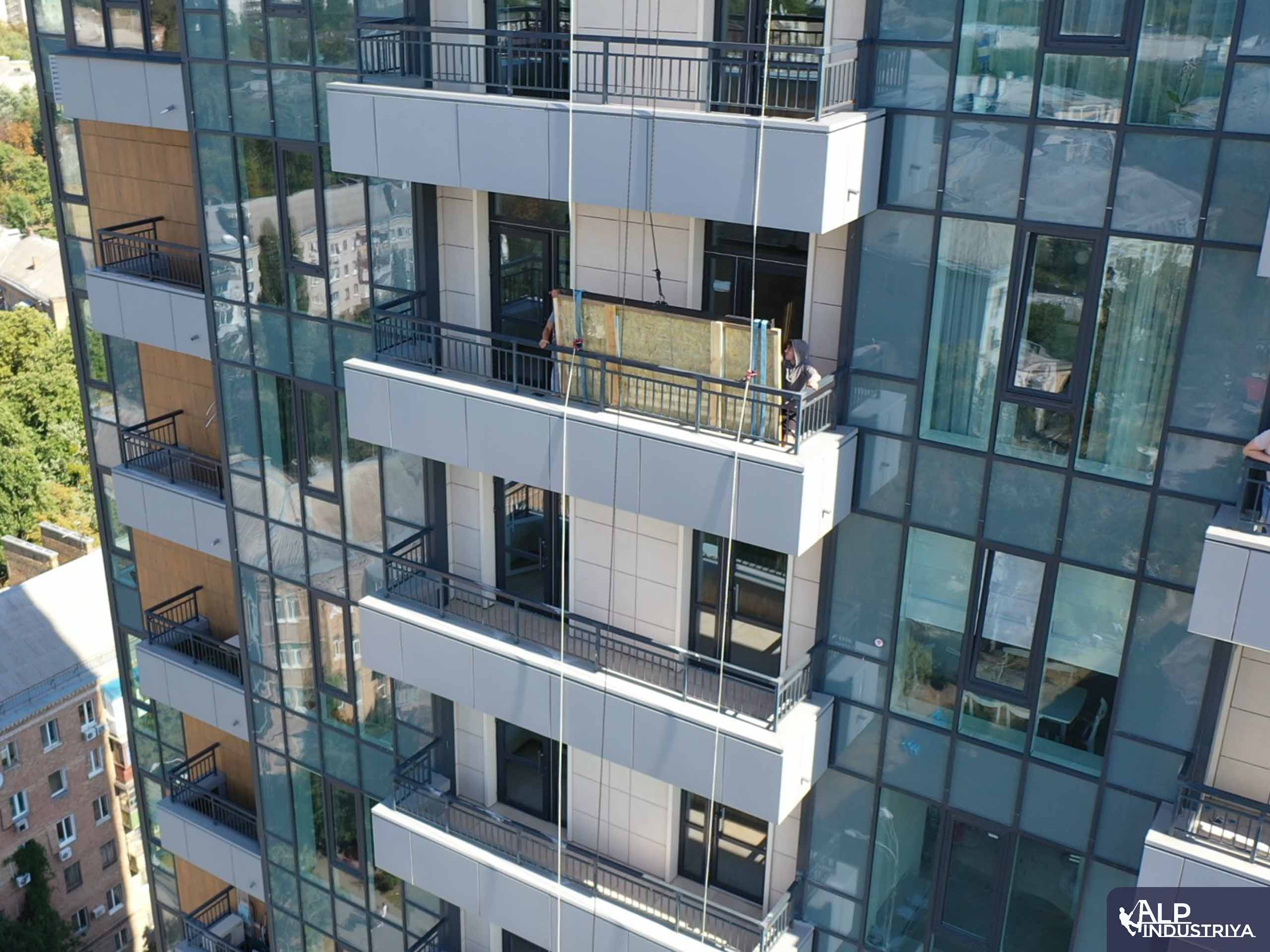 Занос крупноформатного стекла на этаж через балкон-6