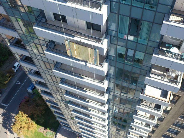 Занос крупноформатного стекла на этаж через балкон.