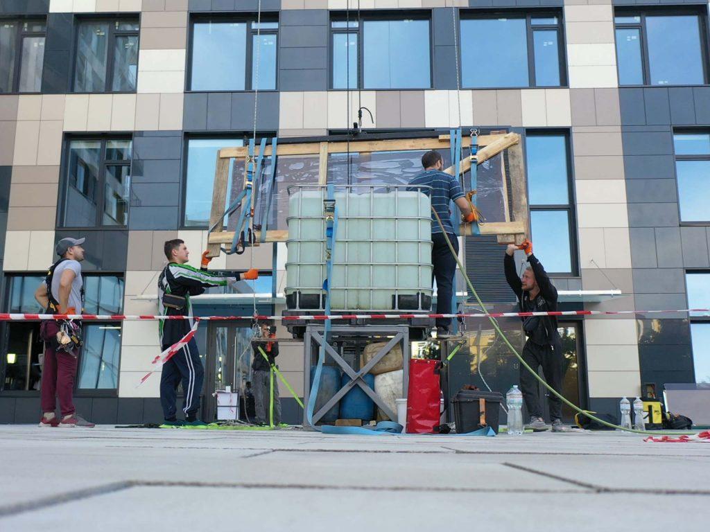 Доставка стекла с использованием метода промышленного альпинизма.