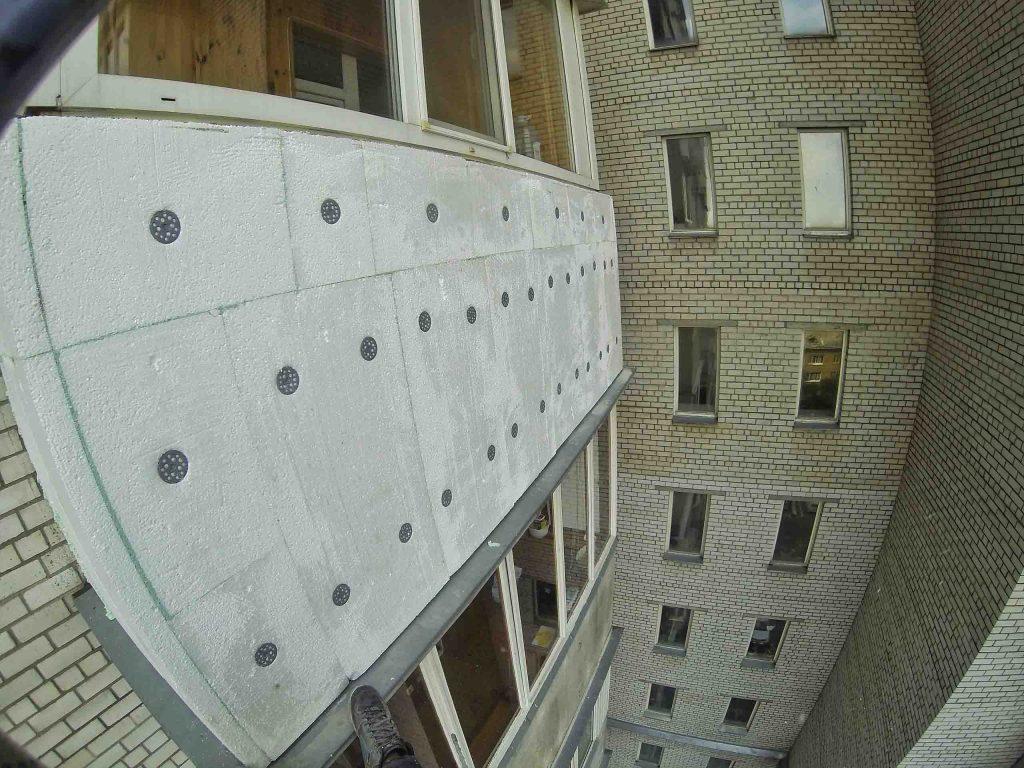 Пример высотного утепления балкона пенопластом.