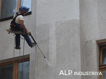 Мойка стен промышленными альпинистами.