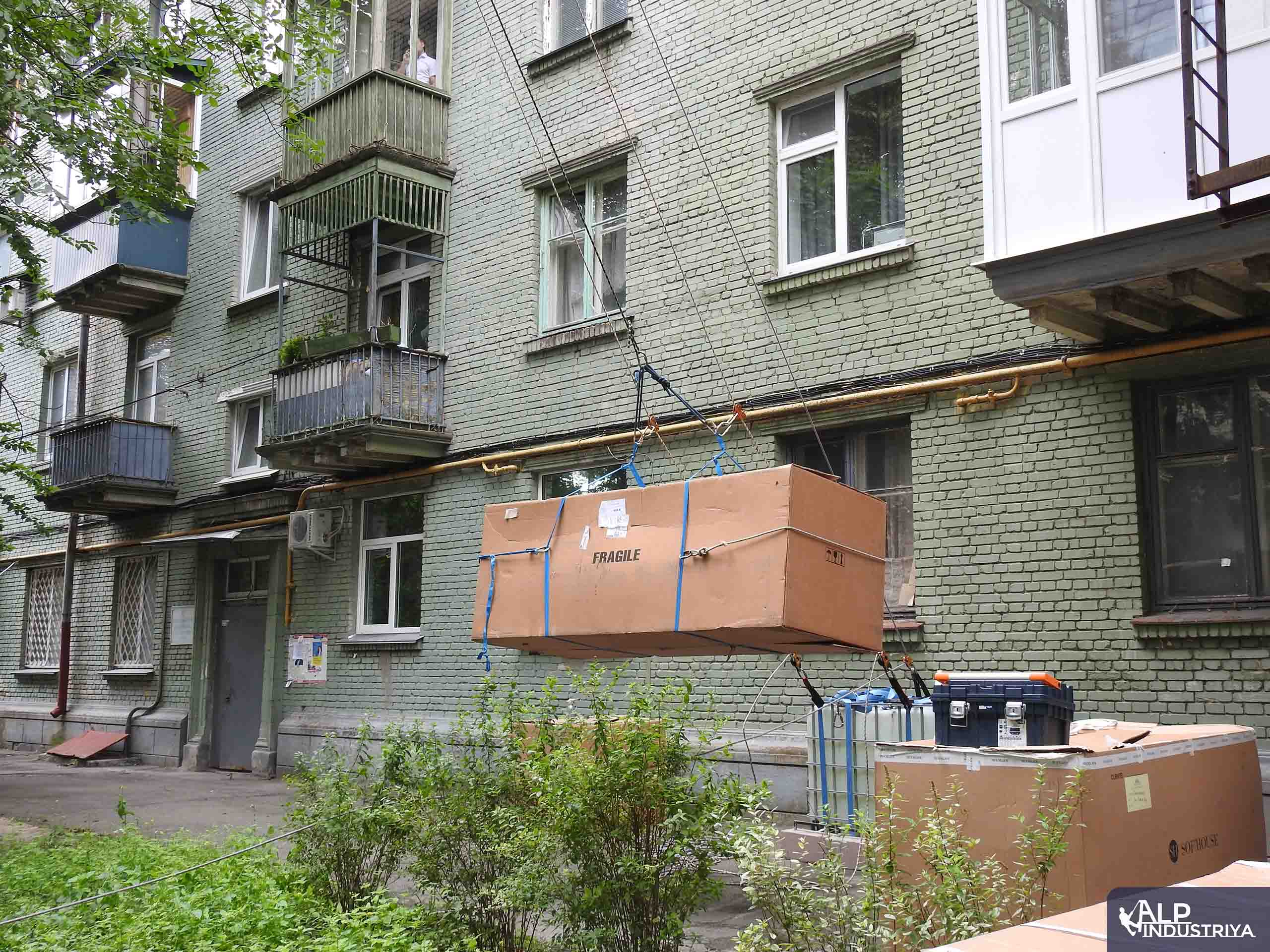 Поднимаем мебель через оконный проем 23 этажа-2