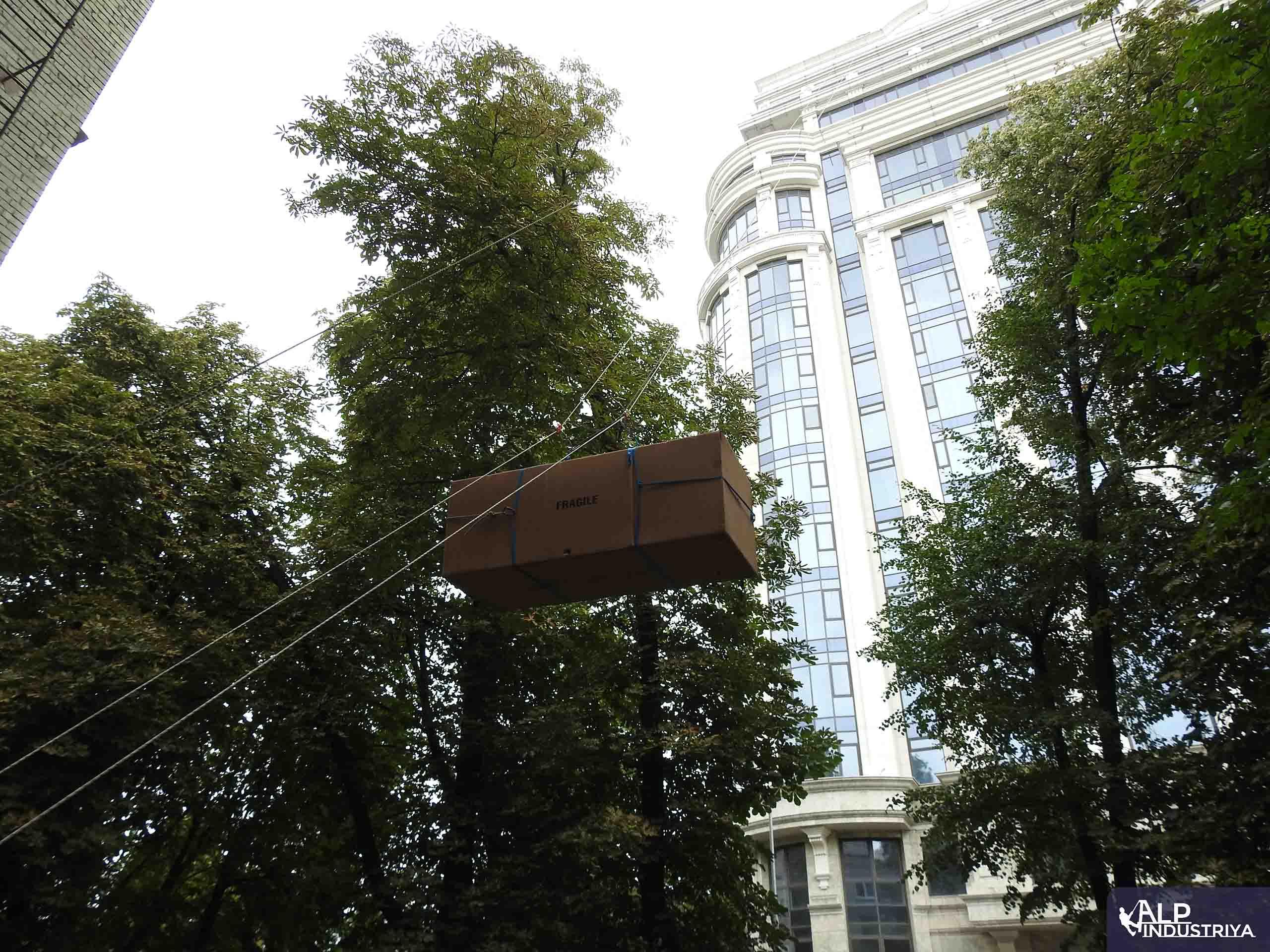 Поднимаем мебель через оконный проем 23 этажа-3