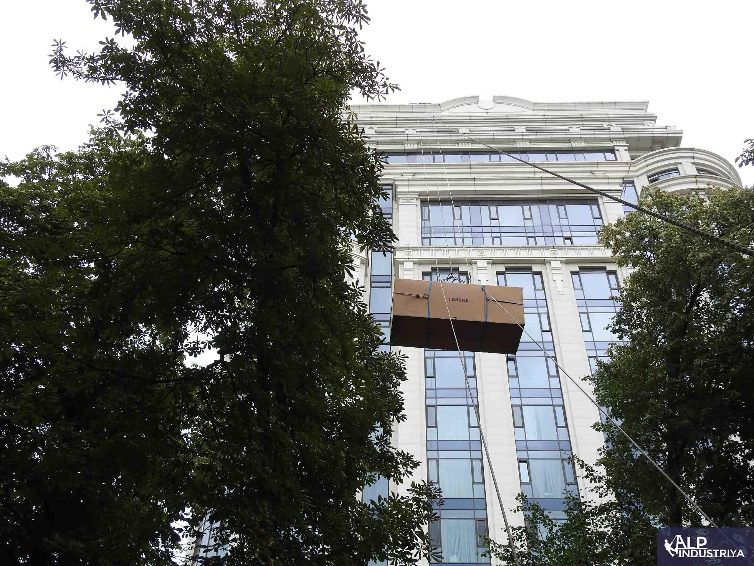 Поднимаем мебель через оконный проем 23 этажа-4