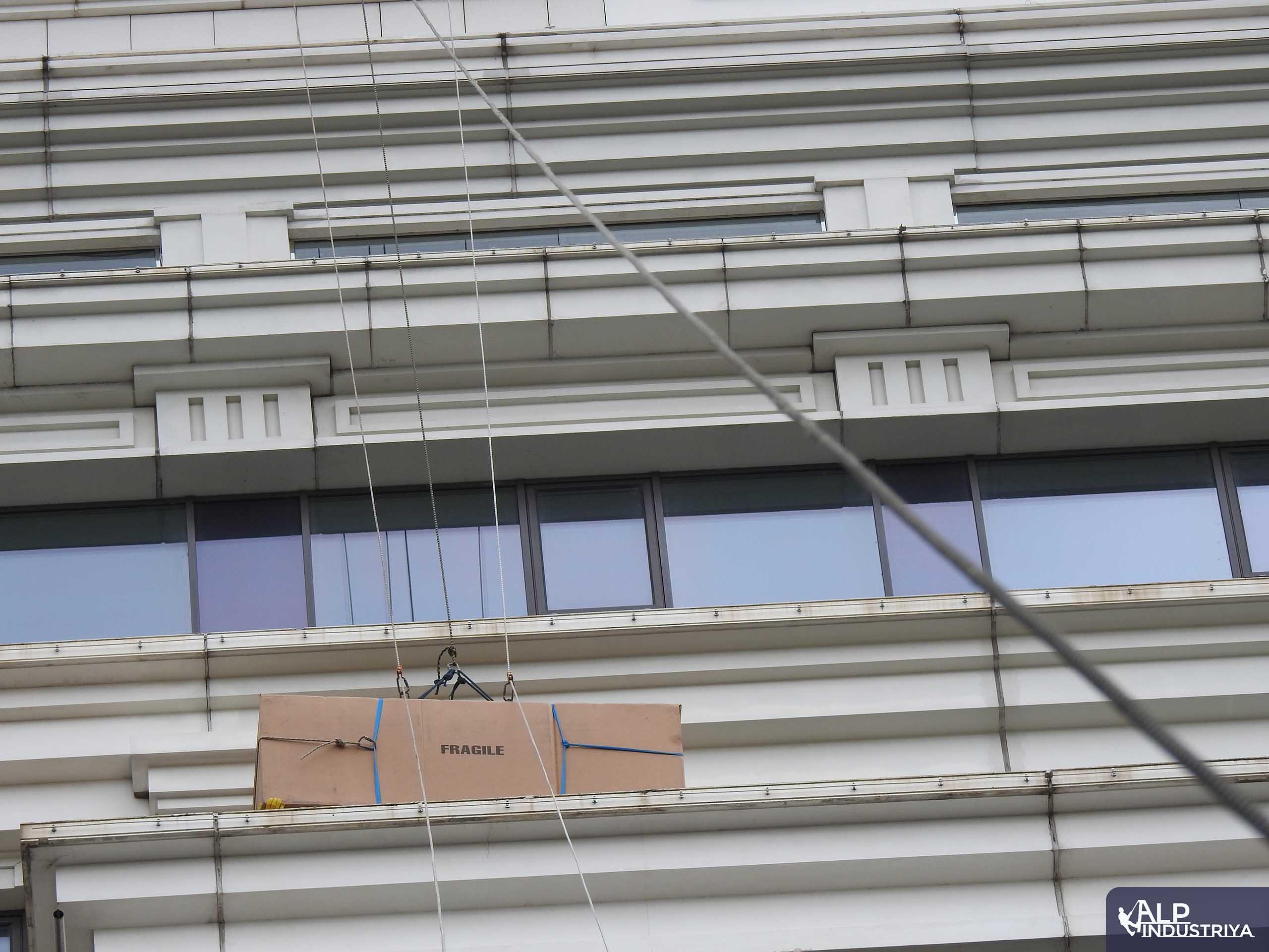 Поднимаем мебель через оконный проем 23 этажа-6
