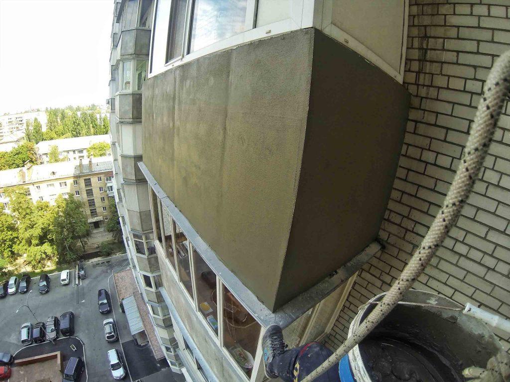 Процесс отделки утеплителя снаружи помещения.