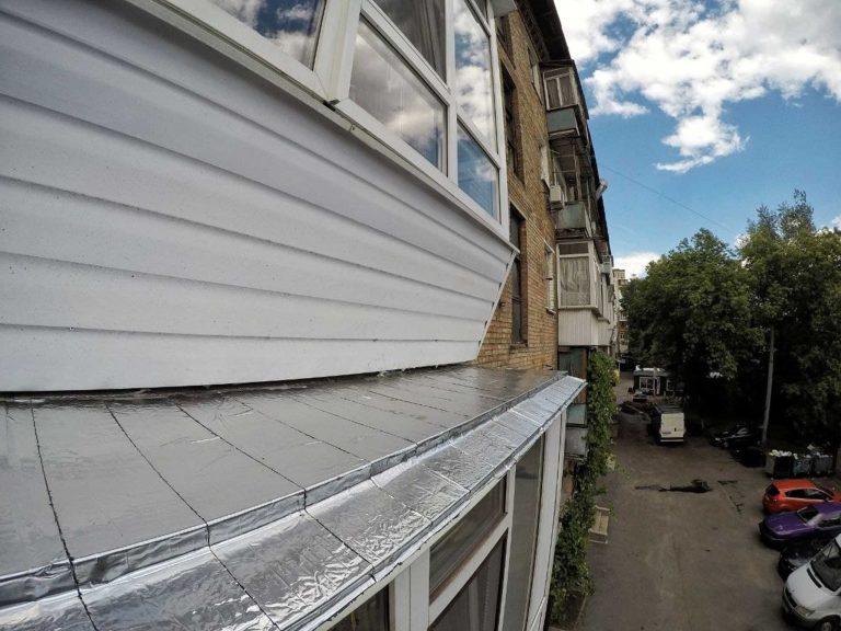 Шумоизоляция козырька балкона промышленными альпинистами.