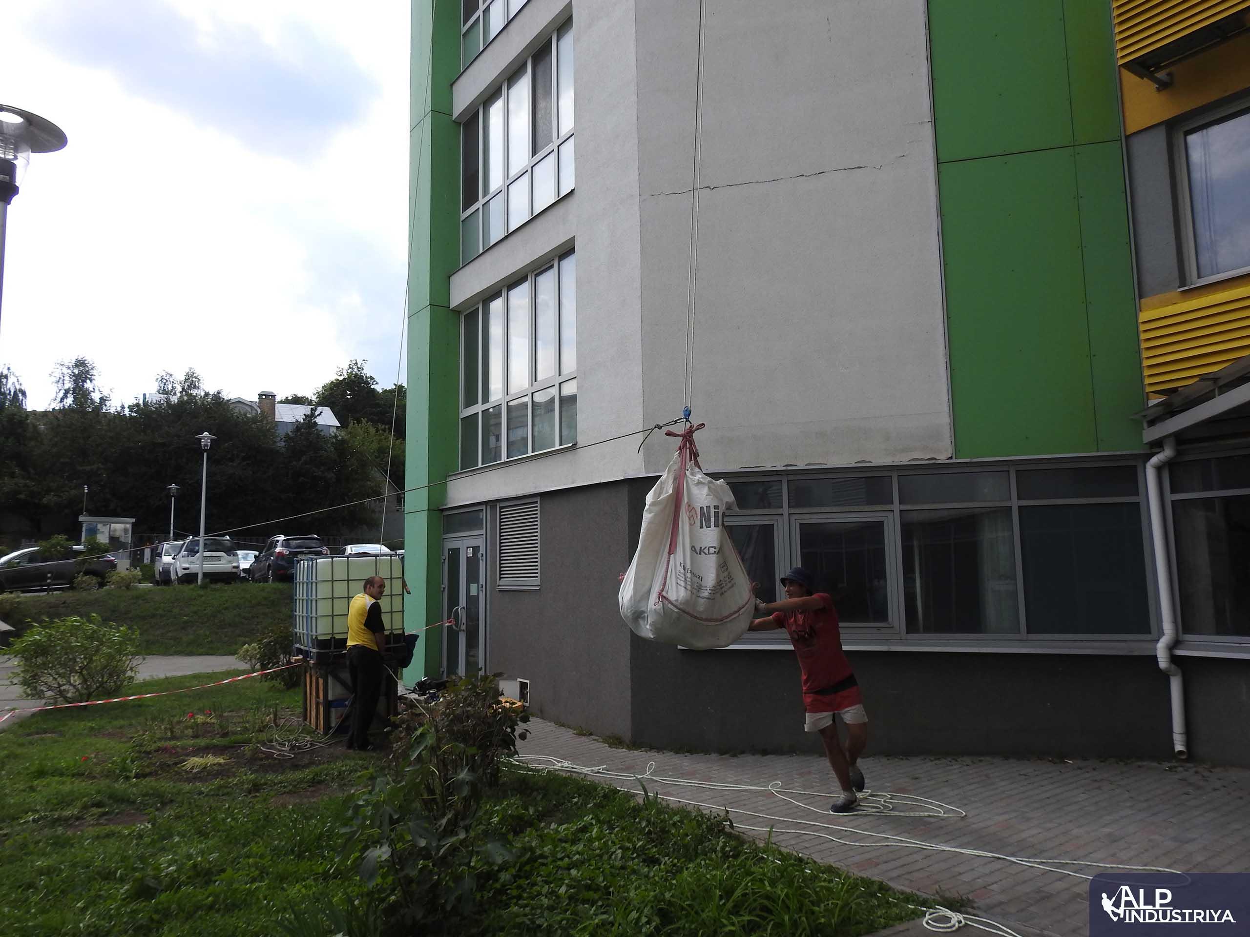 Спуск строймусора с кровли по фасаду здания-6