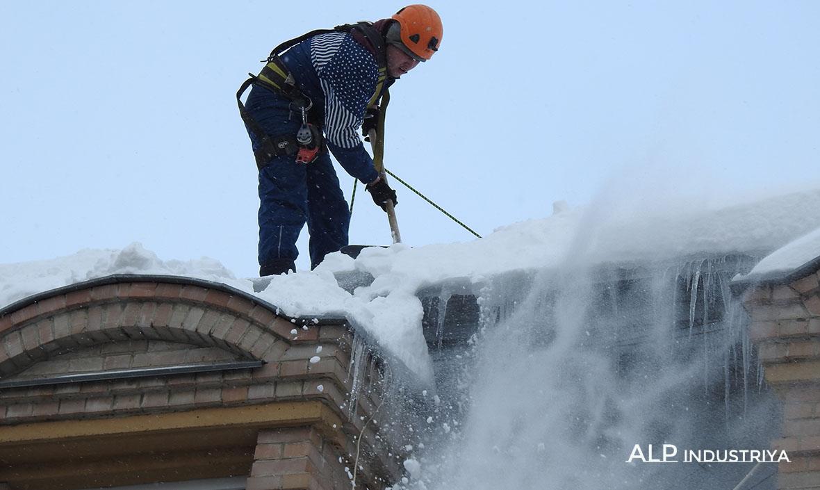 Страховка при чистке крыш от снега.