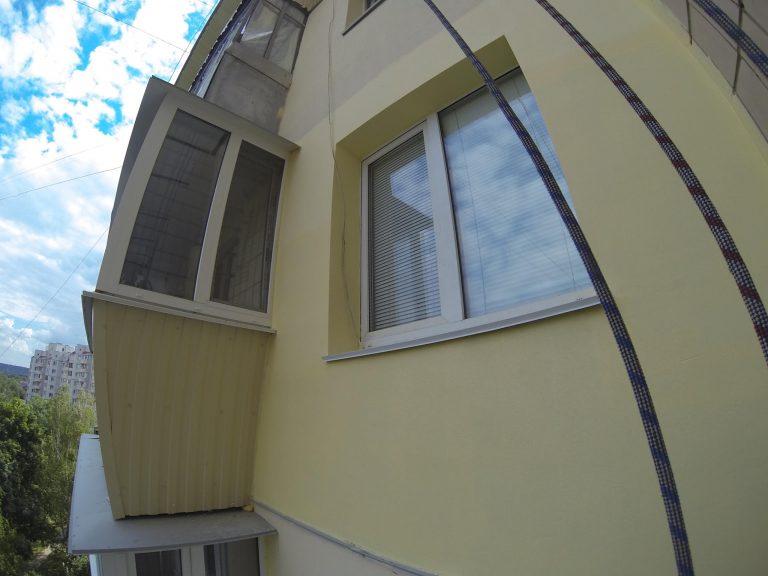 Утепление фасада многоэтажки методом промышленного альпинизма.