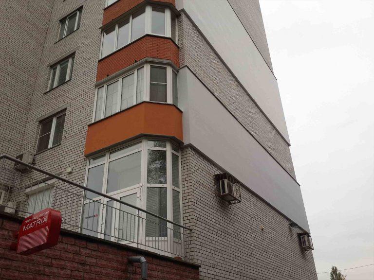 Выполненная работа по монтажу утеплителя, шпаклевке и покрасте стен жилья.