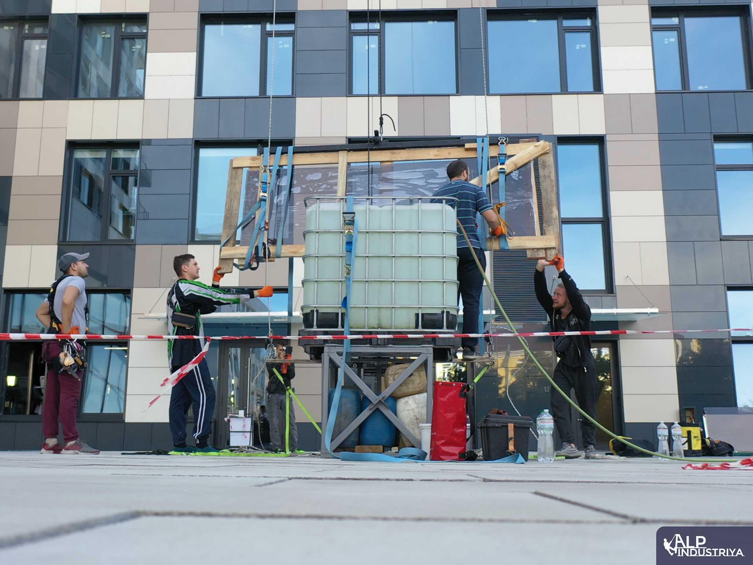 Транспортировка стекла на высоту по фасаду здания-1