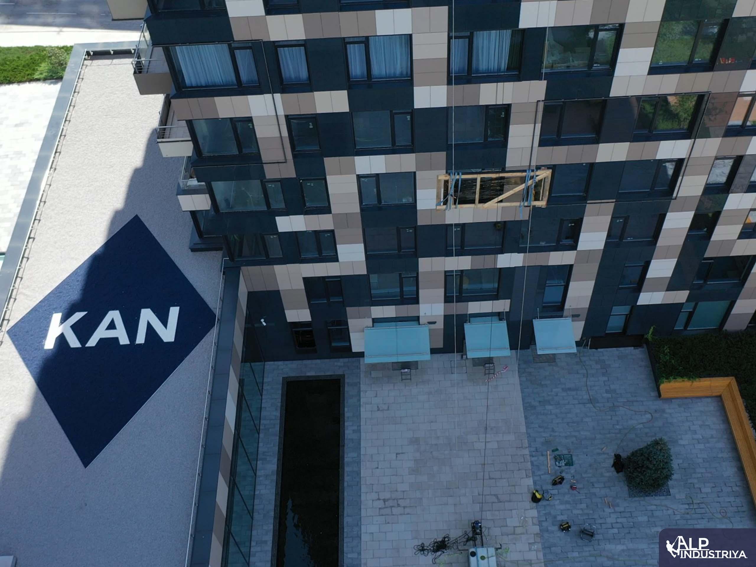 Транспортировка стекла на высоту по фасаду здания-2