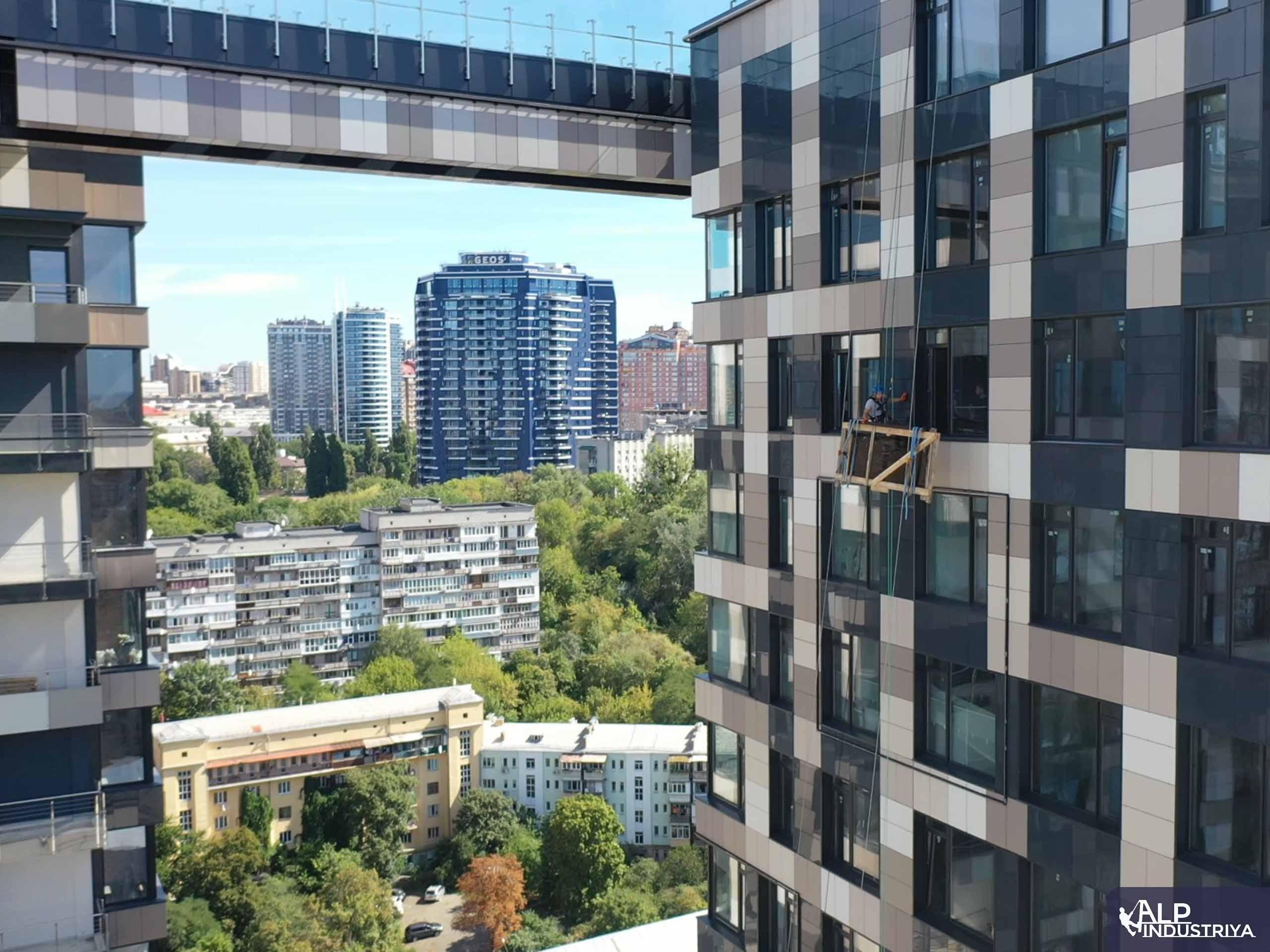 Транспортировка стекла на высоту по фасаду здания-4