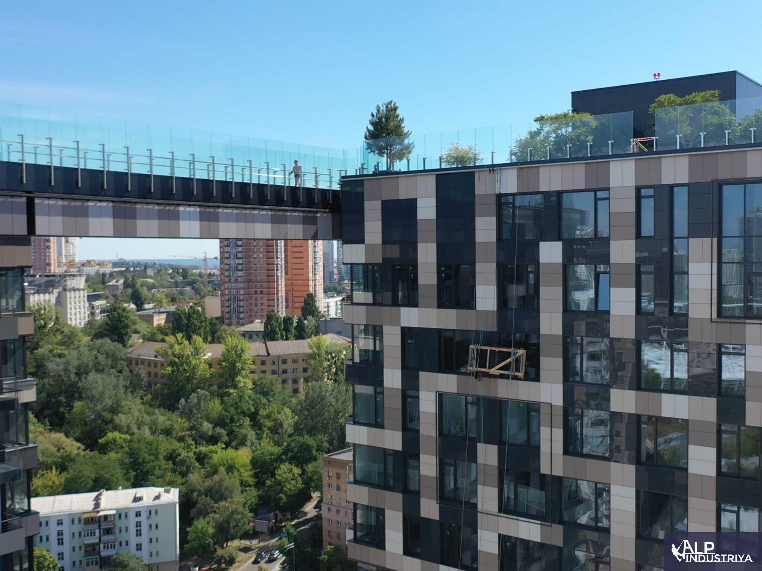Транспортировка стекла на высоту по фасаду здания-5
