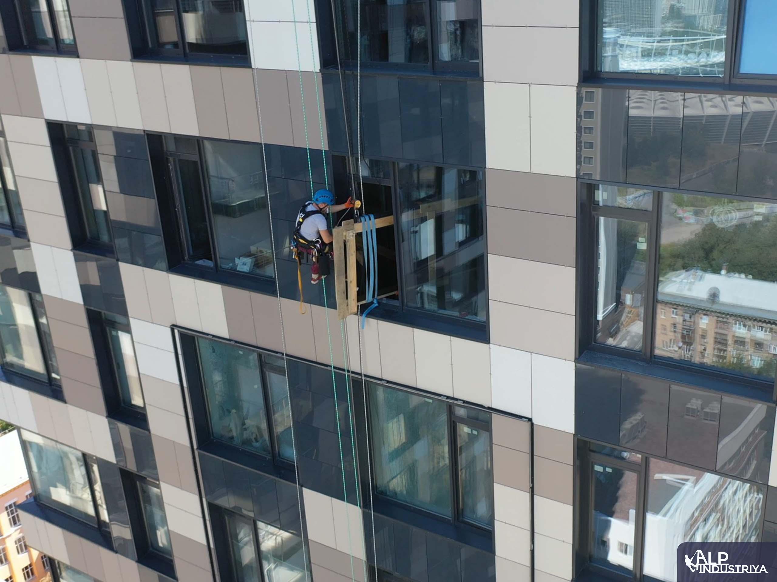 Транспортировка стекла на высоту по фасаду здания-6