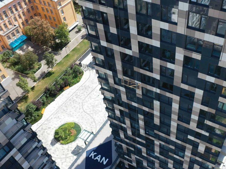 Транспортировка стекла на высоту по фасаду здания.