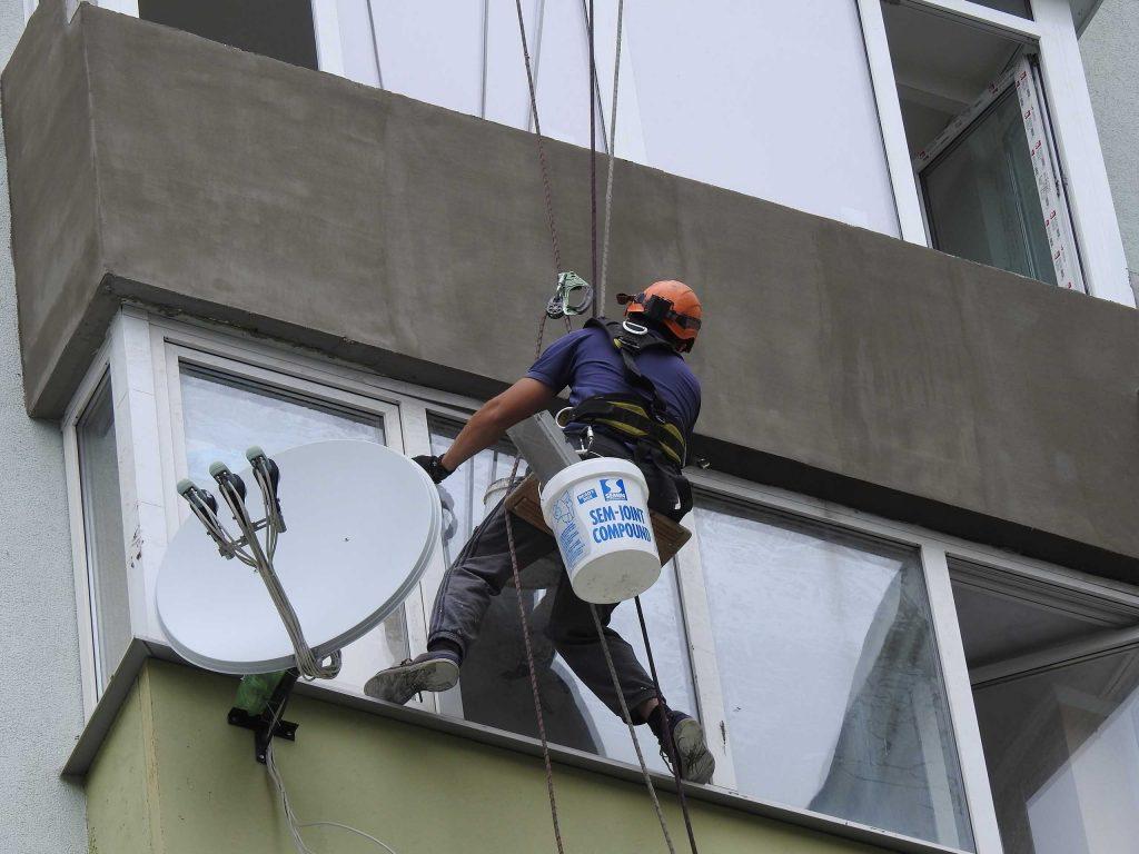 Утепление балкона нашим промышленным альпинистом.