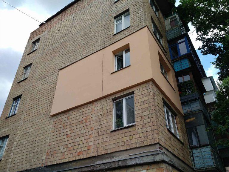 Выполненная теплоизоляция стен снаружи здания.