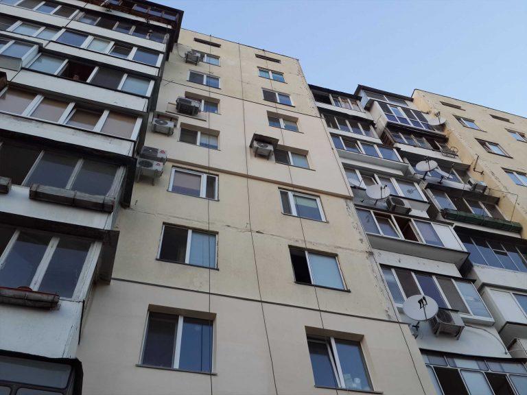 Утепленный фасад квартир многоэтажного жилого дома.