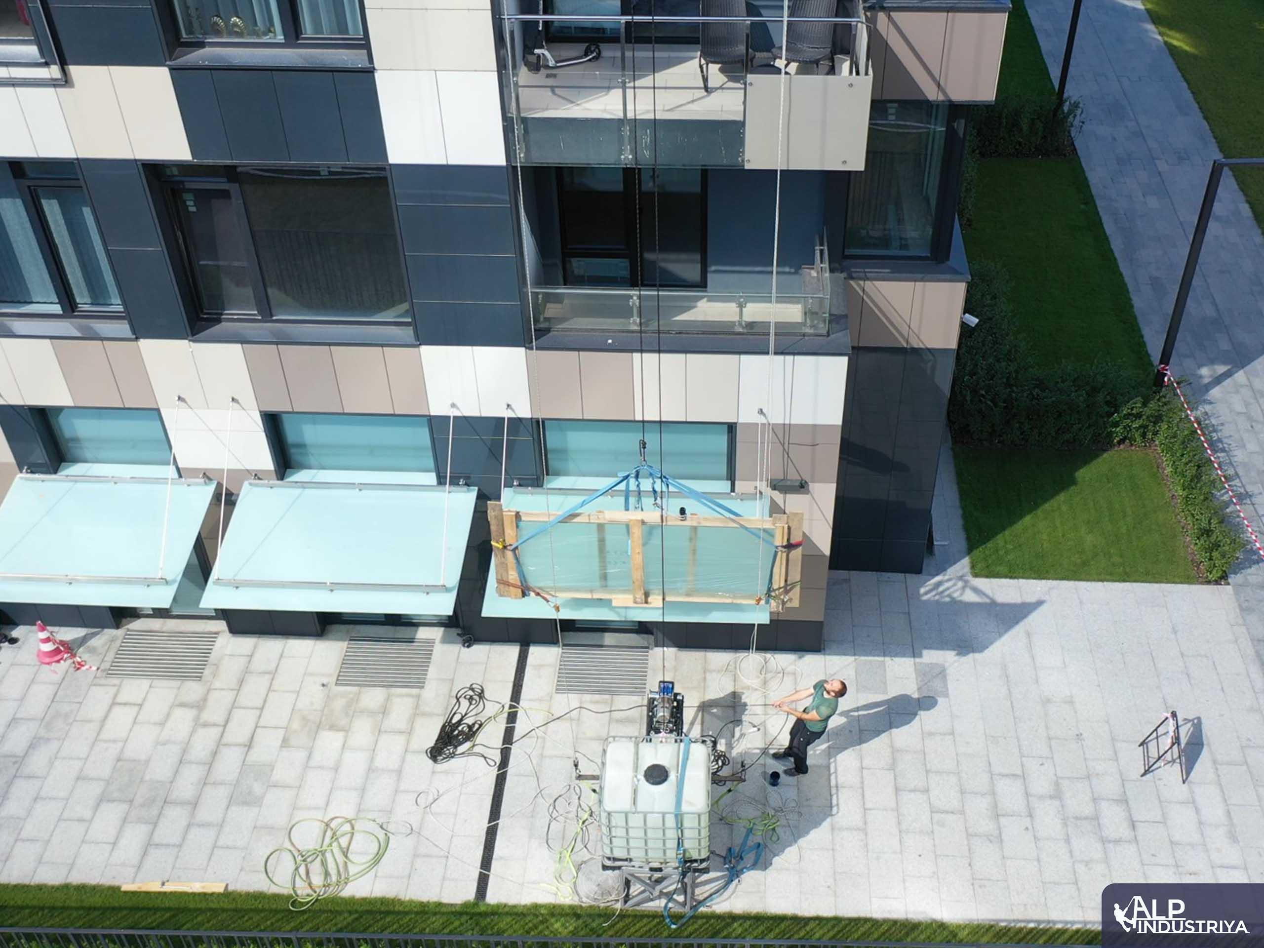 Рабочий процесс заноса стекла с наружной части дома-2