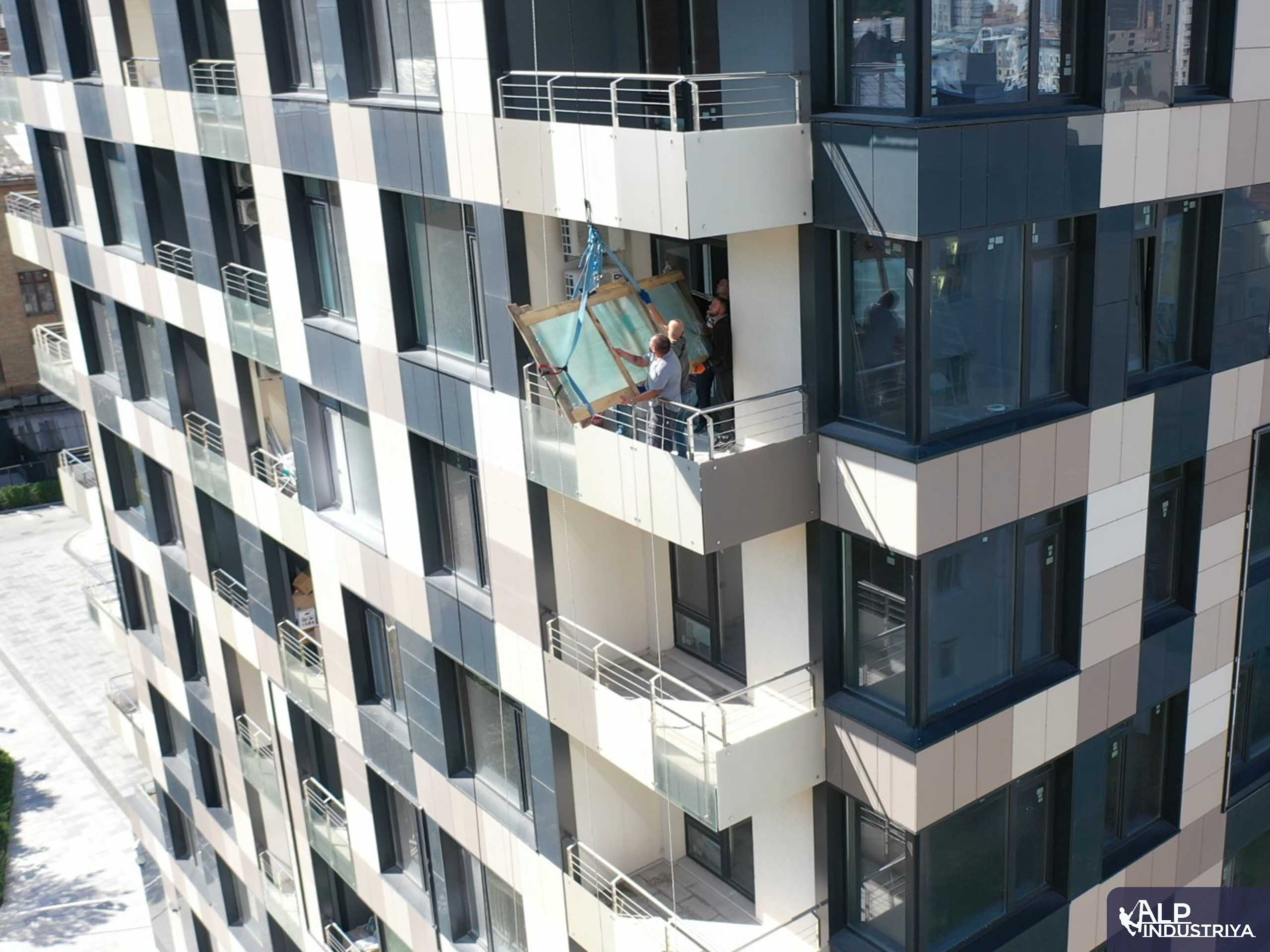 Рабочий процесс заноса стекла с наружной части дома-5