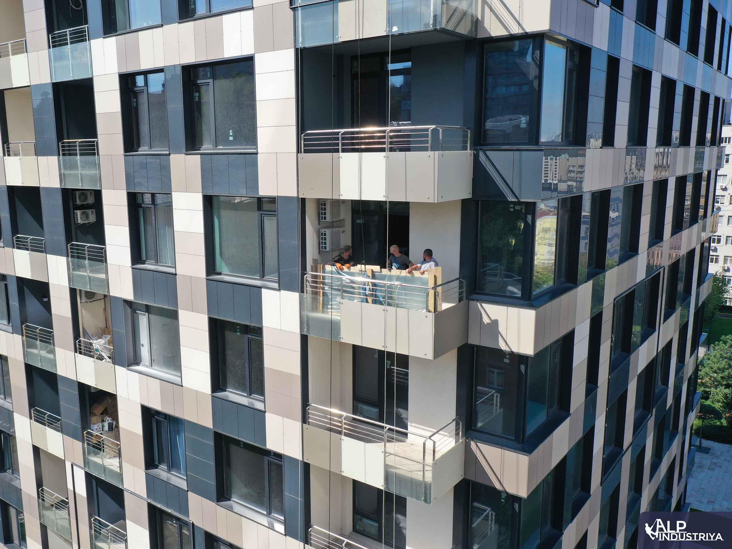 Рабочий процесс заноса стекла с наружной части дома-6