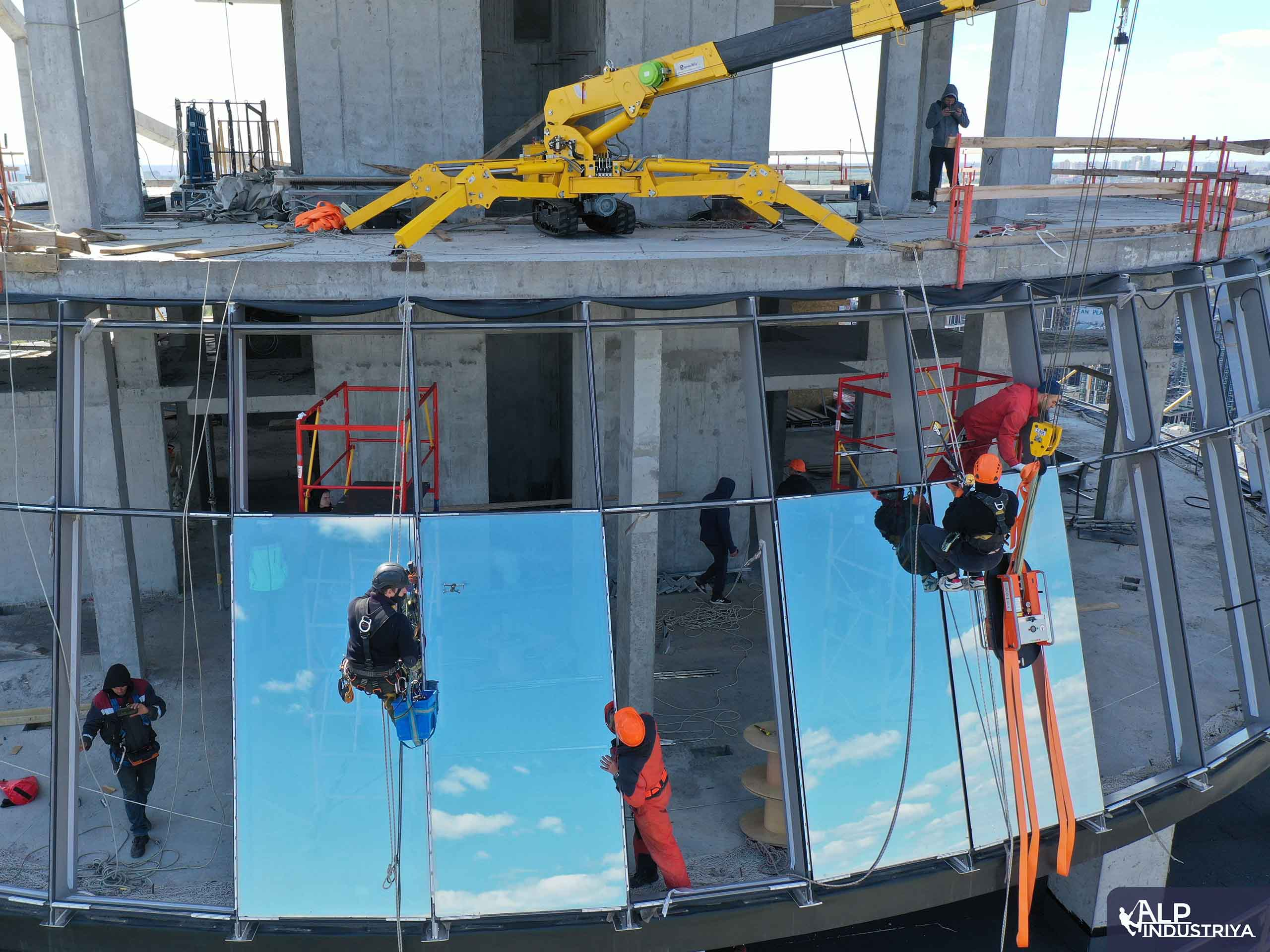 Процесс установки стекол высотниками нашей фирмы-6