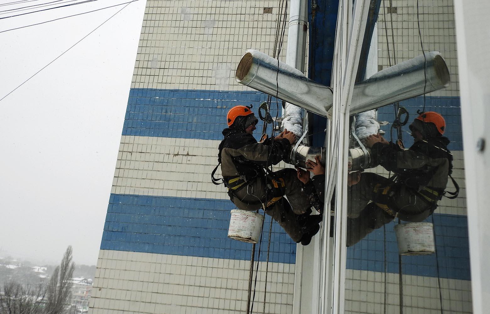 Монтаж воздуховода вентиляции альпинистом.