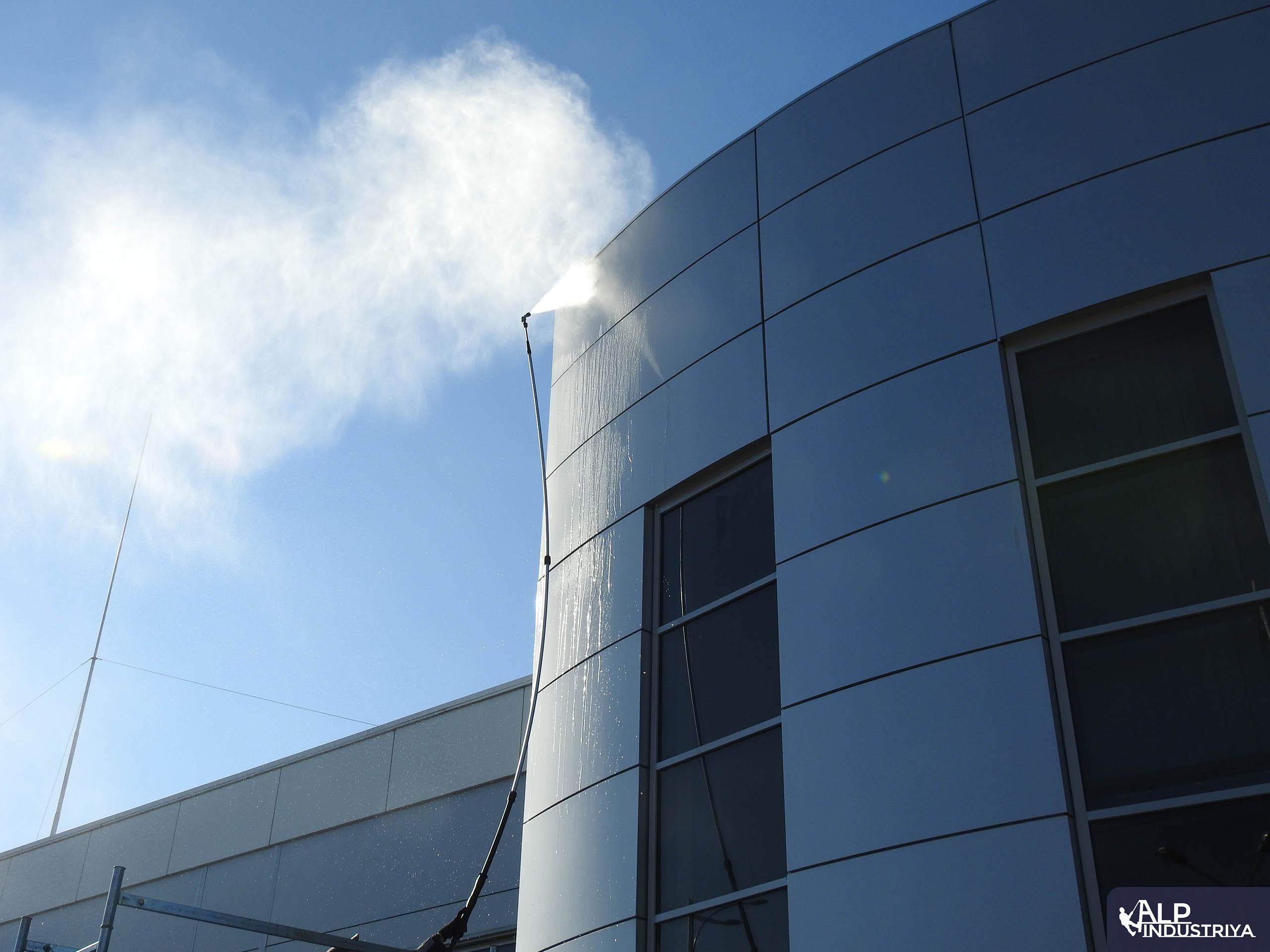 Мытье внешних витрин автосалона-5