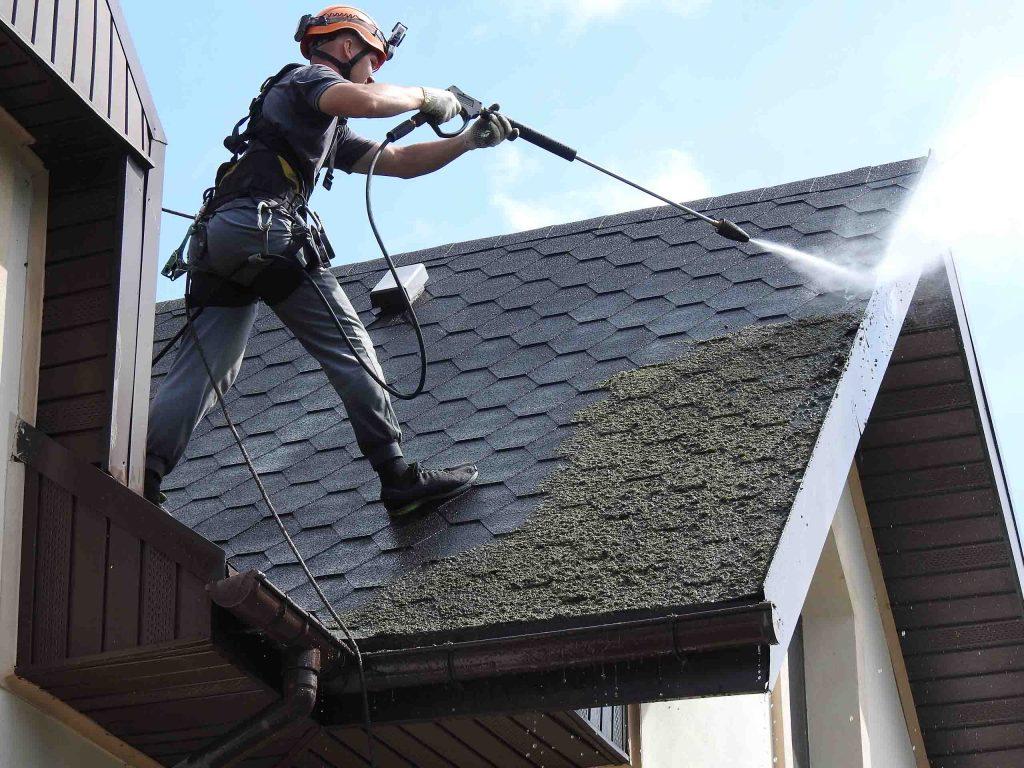 Мойка крыши от мха верхолазом нашей компании.