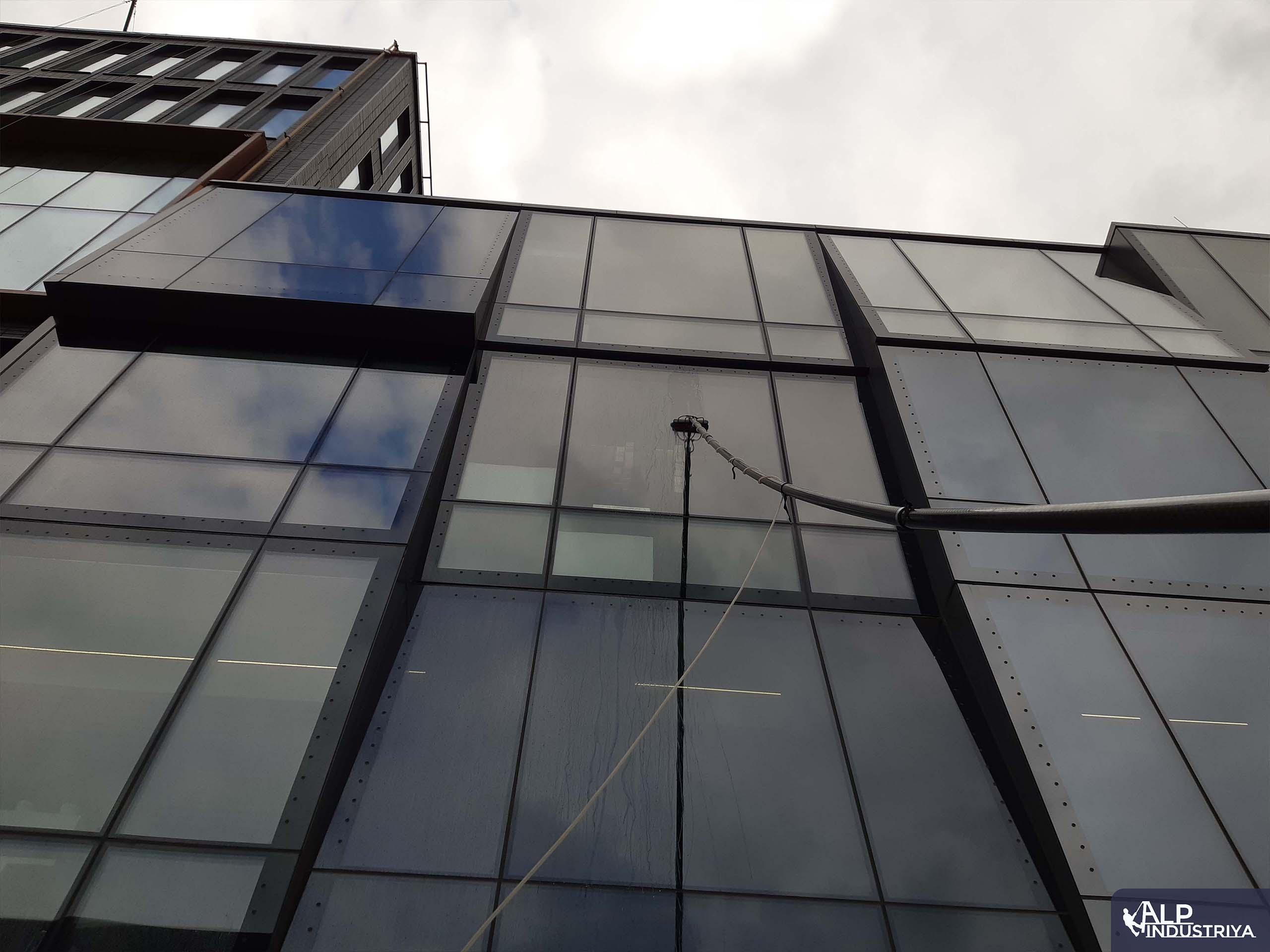 Мойка стеклянного фасада деминерализованной водой-5