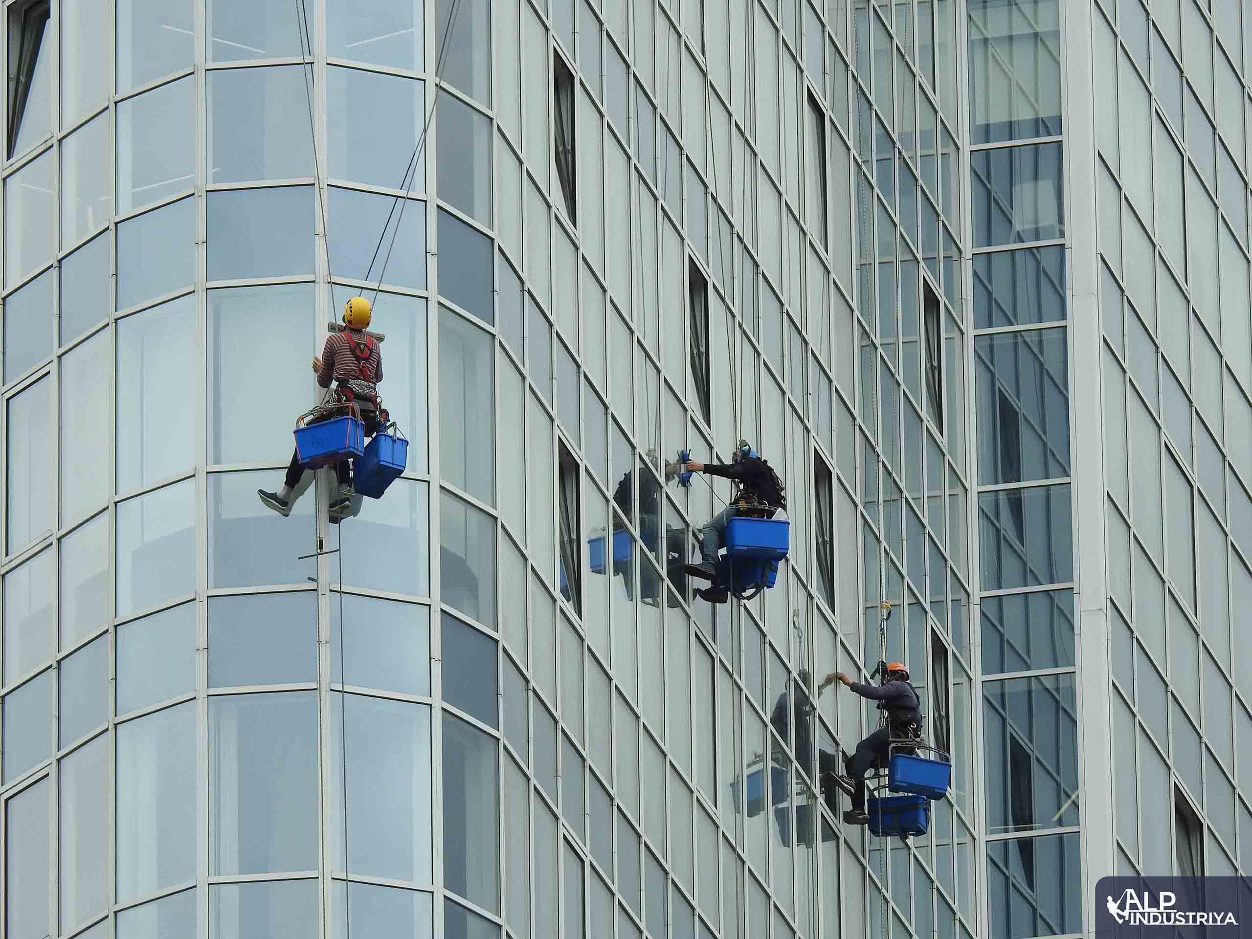 Клининговые работы на высотном здании-2