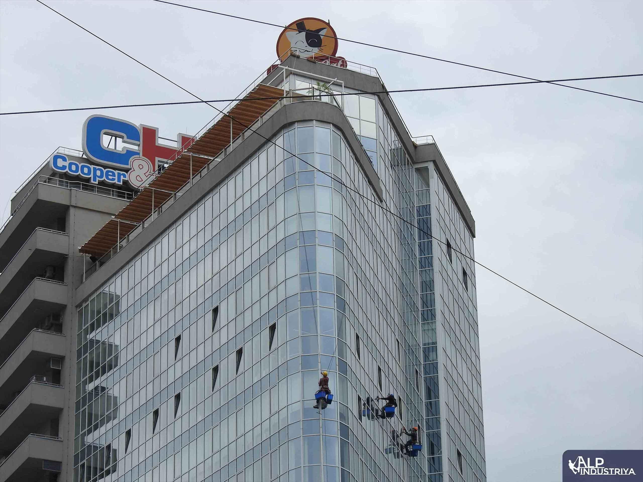 Клининговые работы на высотном здании-3