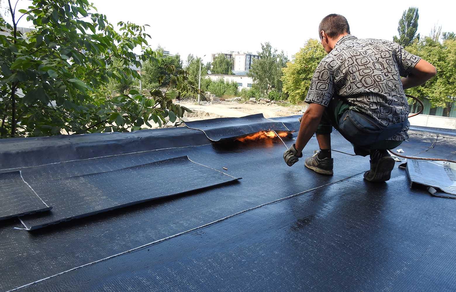Наплавление рубероида на крышу.