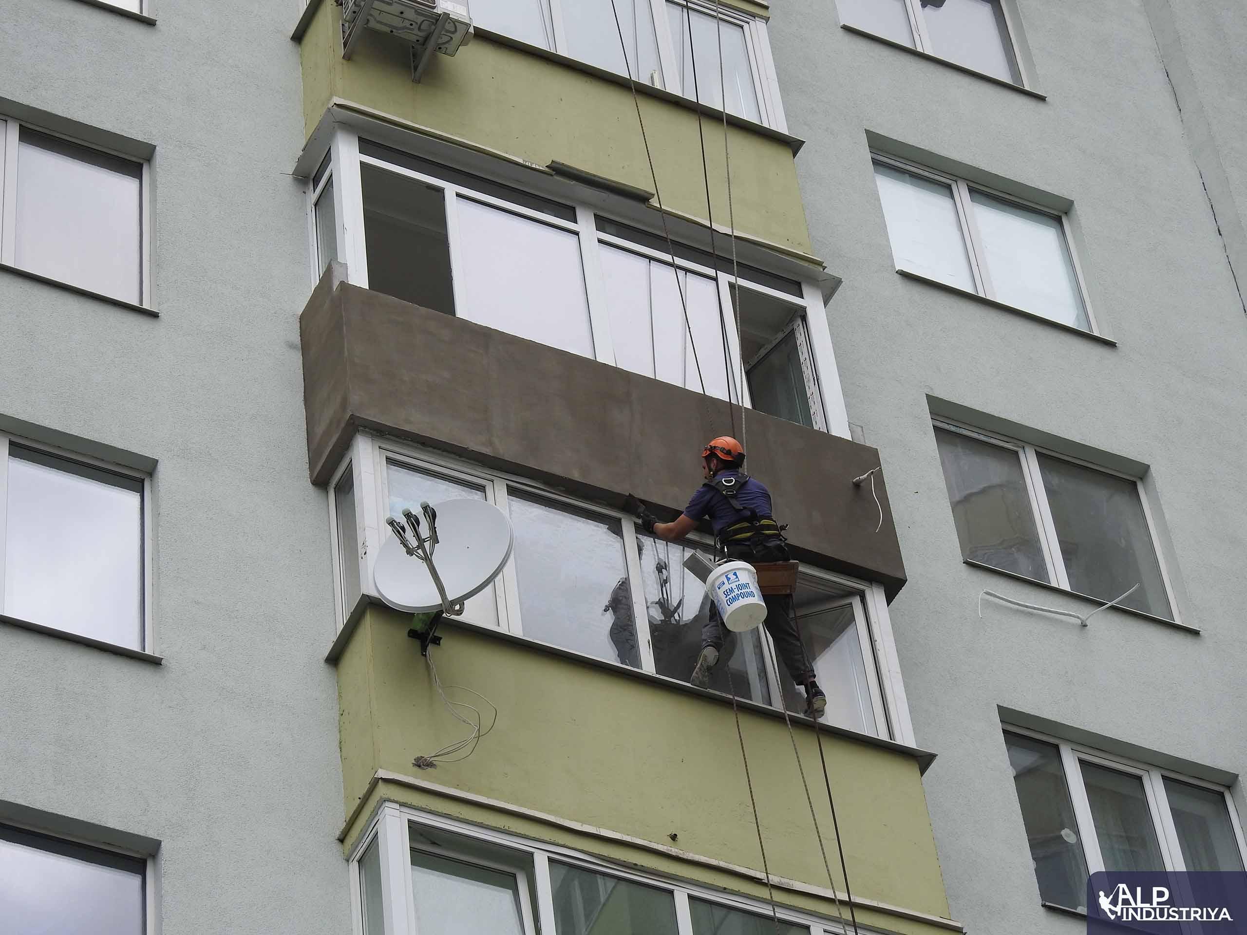 Наружное утепление балкона промышленным альпинистом-1