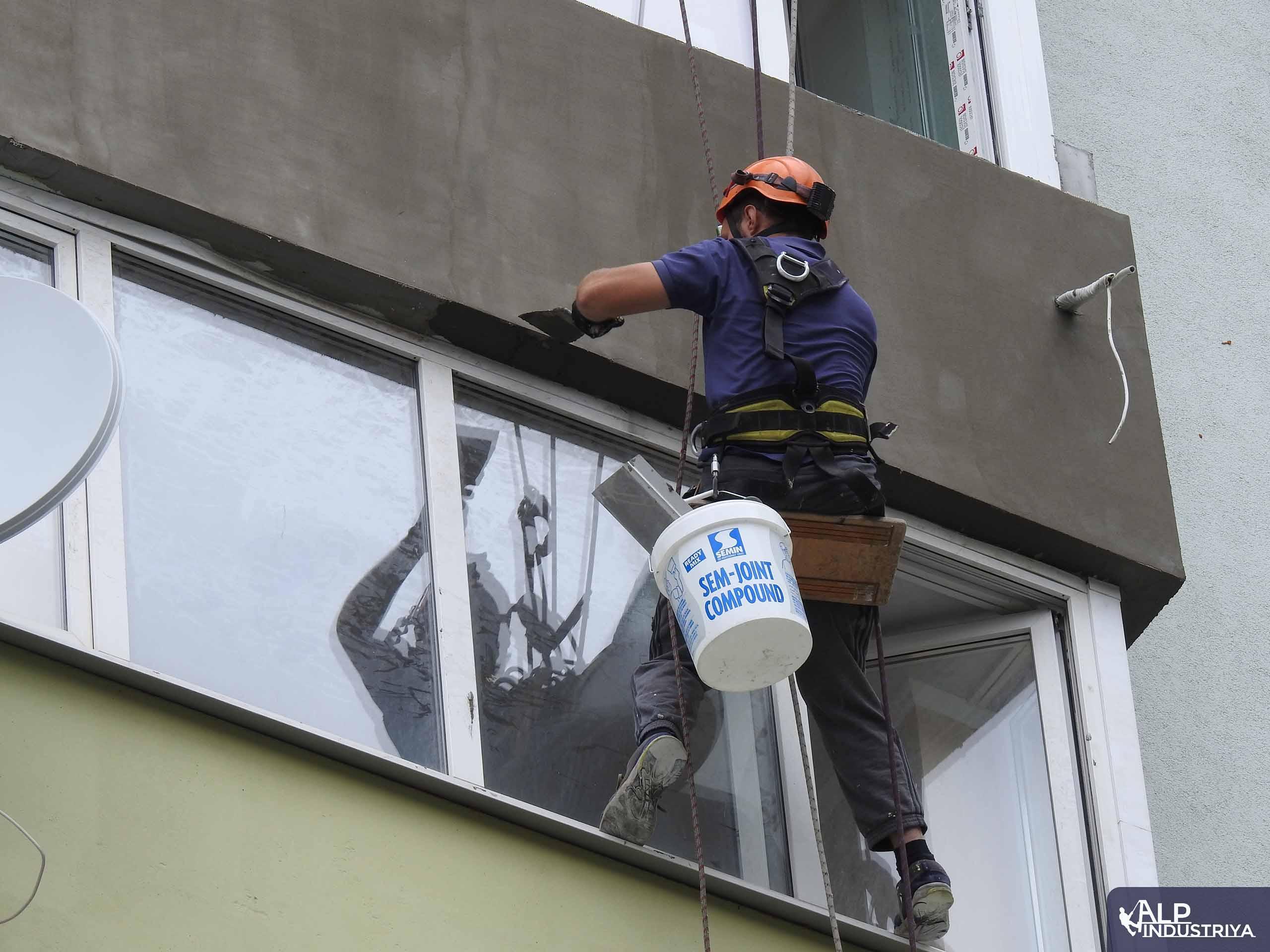 Наружное утепление балкона промышленным альпинистом-2