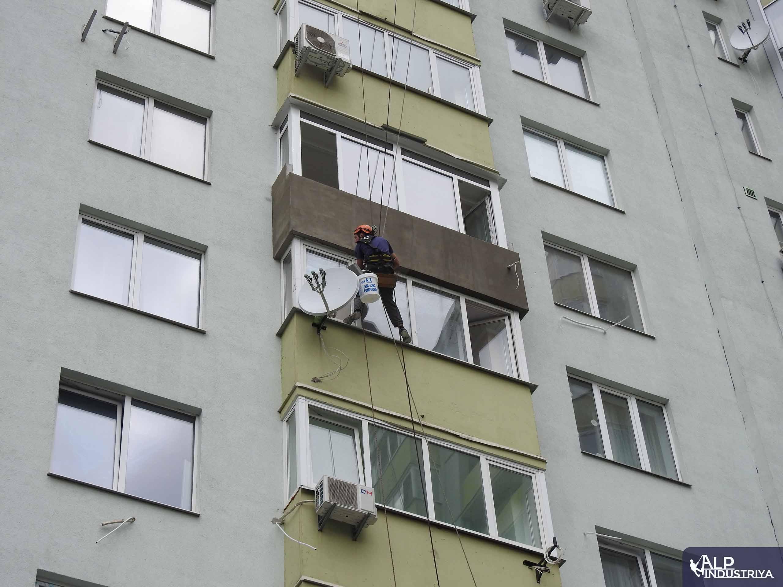 Наружное утепление балкона промышленным альпинистом-3