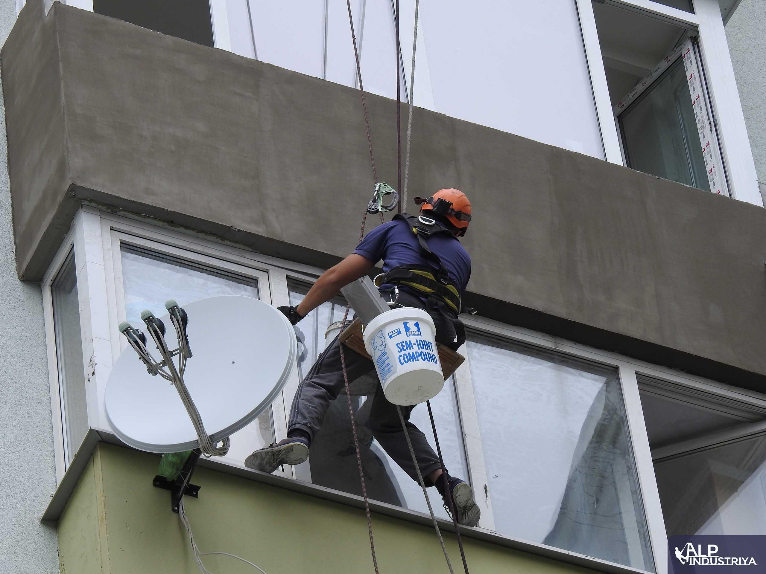 Наружное утепление балкона промышленным альпинистом-4