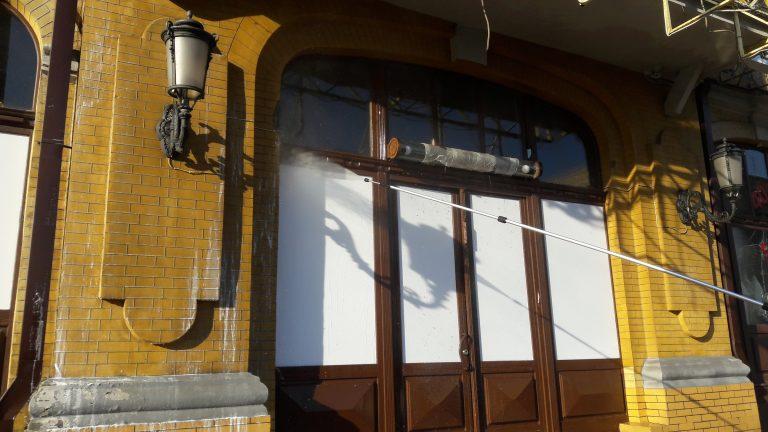Очистка фасадов от высолов на высоте.