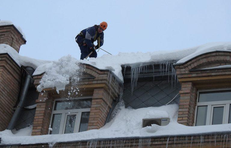 Очистка крыш от снега в Киеве.