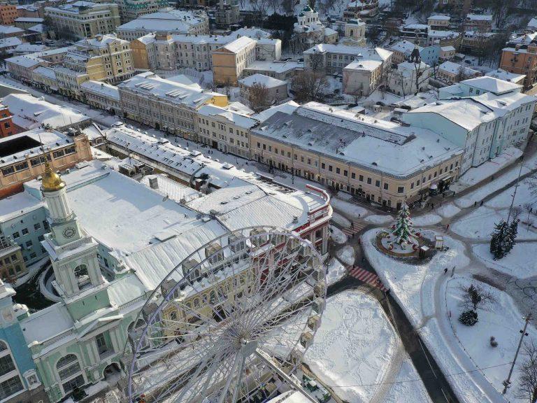 Услуги по удалению снежных осадков с кровли здания.